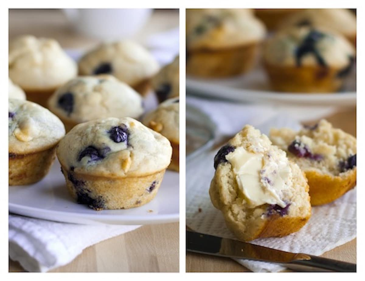 White chocolate blueberry muffins auf einer Serviette mit butter.